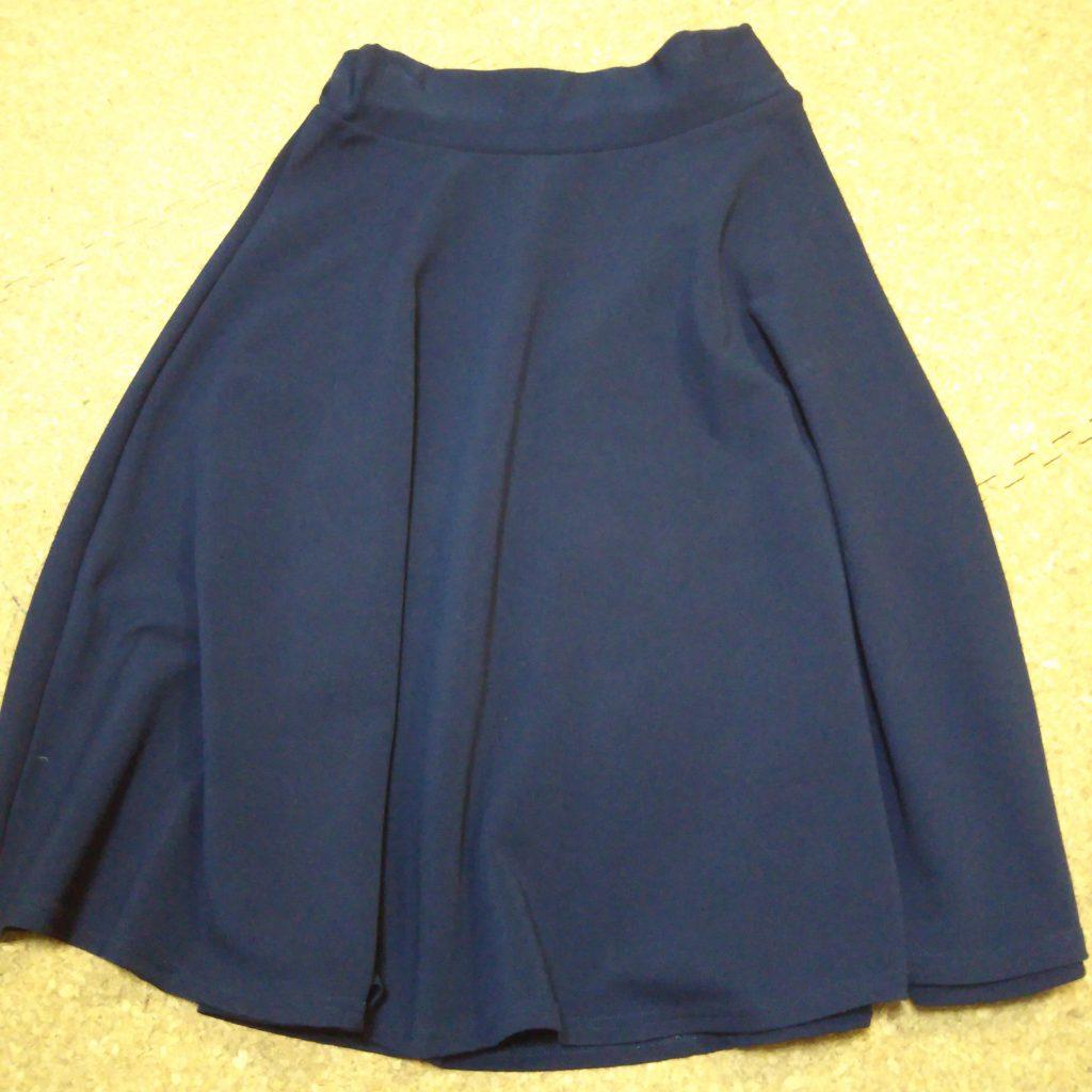 ネイビーのフレアスカート