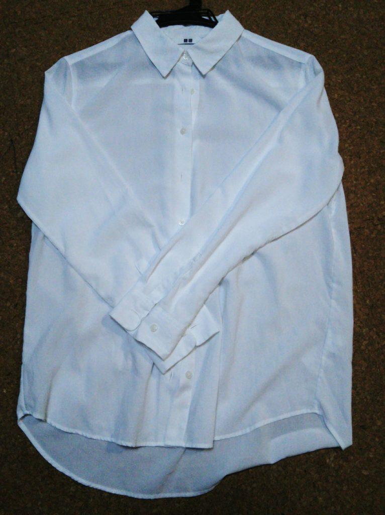ユニクロの白シャツ