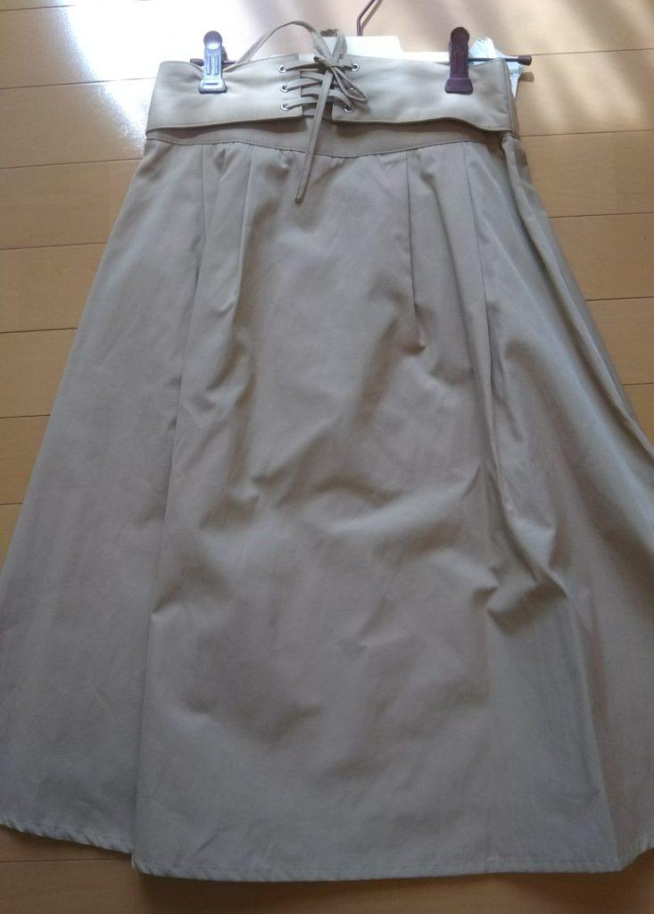 ベージュのスカート